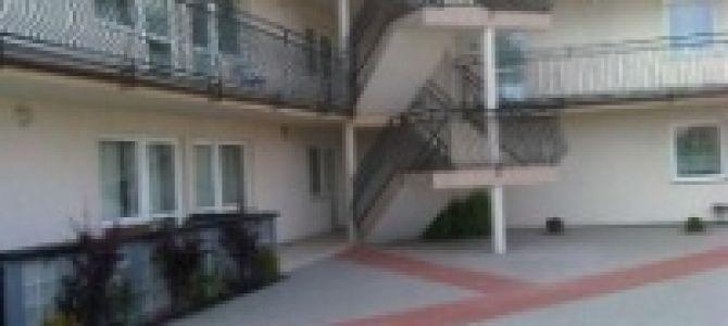 Apartamenty (4 - 6 osobowe) położone są w spokojnej części Karwi, w odległości 200m od plaży.  Każdy apartament ma osobne wejście z tarasu, posiada 2 pokoje (salon z TV i sypialnię) ...